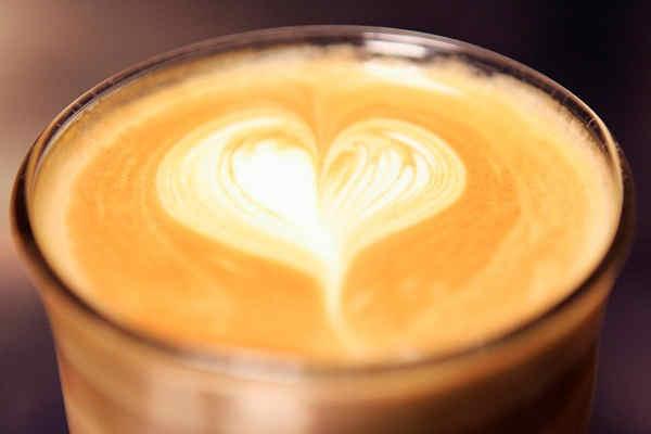 Hos oss är ren espresso ingen storsäljare, vi har därför valt en espressoblandning med mycket robusta, en böna med en skarp smak som tränger igenom lattemjölk