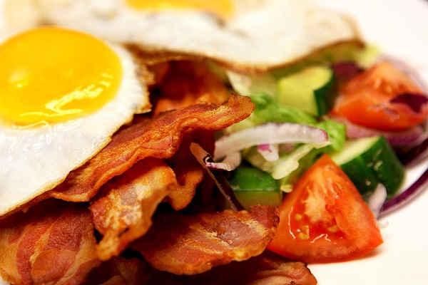 Vad kan vara mer passande för ett café med lång historia än traditionsenliga rätter som pytt i panna och pannbiff? Ät en stadig lunch, vi bjuder på kaffet!