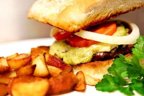 Ordentligt med hemmagjord dressing och 100 % nötkött, 200 gr så man blir mätt! Finns med ost & bacon. Vår berömda krispiga klyftpotatis passar utmärkt till