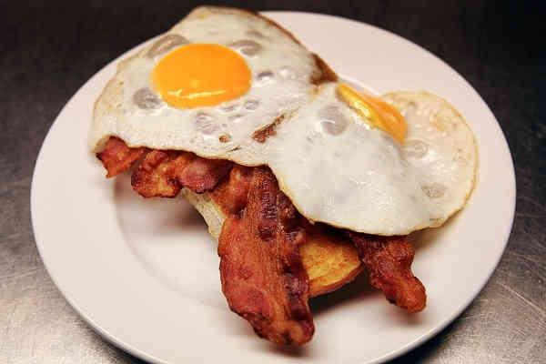 Ibland är enklast godast… Frasigt bröd, varma pålägg, ägg sunny side upp eller vändstekt om du önskar. Funkar som både frukost, lunch, middag och kvällsmål!